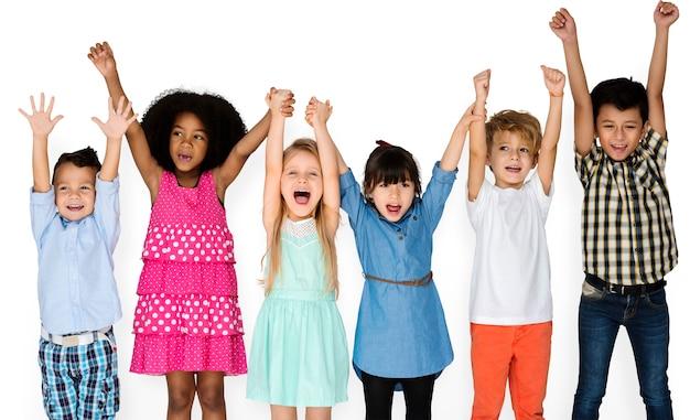 Criancinhas com as mãos para cima Psd grátis