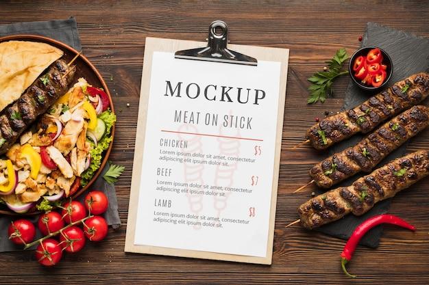 Deliciosa maquete de espetos de carne com menu de restaurante Psd grátis