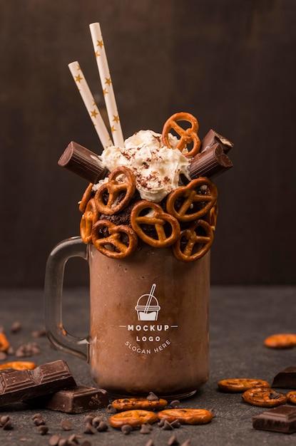 Delicioso chocolate quente com canudos comestíveis de frente Psd Premium