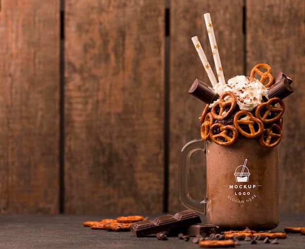 Delicioso espaço para cópia de chocolate quente com vista frontal Psd Premium