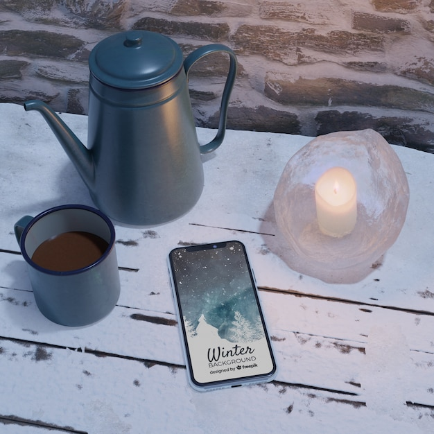 Dispositivo eletrônico ao lado da chaleira com chá Psd grátis