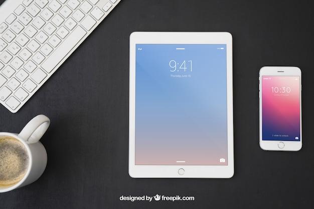 Dispositivos tecnológicos, teclado e caneca de café Psd grátis