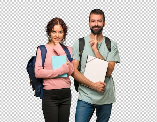 Dois, estudantes, com, mochilas, e, livros, sorrindo, e, olhando à frente, com, confiante, rosto Psd Premium