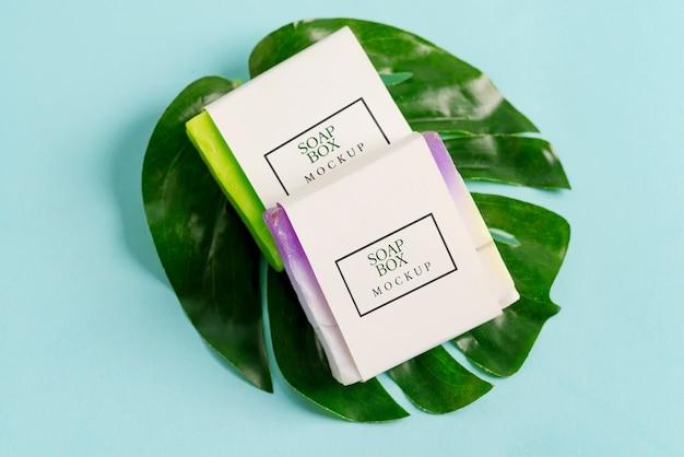Dois modelos de caixa de embrulho de sabonete artesanal com sabonete colorido Psd Premium