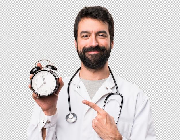Doutor jovem, segurando, relógio vintage Psd Premium