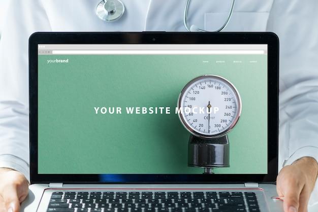Doutor, segurando, laptop, mockup, para, site Psd grátis