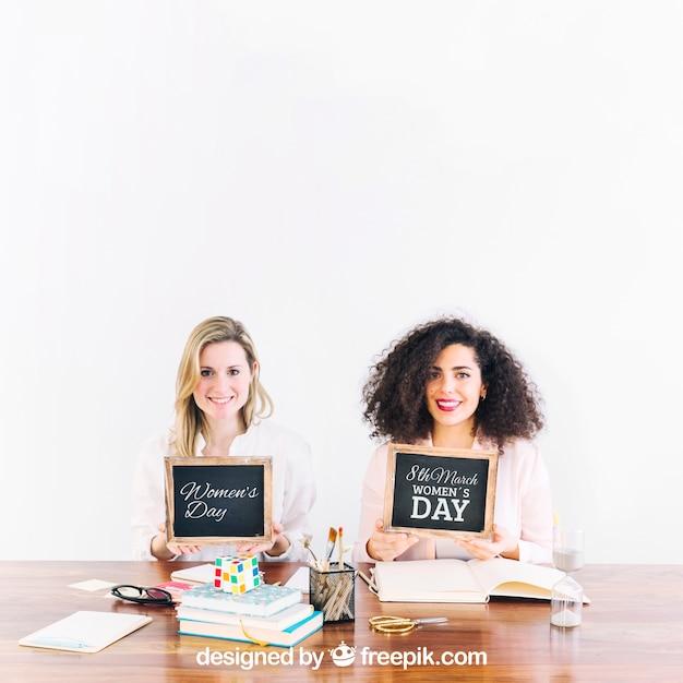 Duas mulheres, mostrando, ardósia Psd grátis