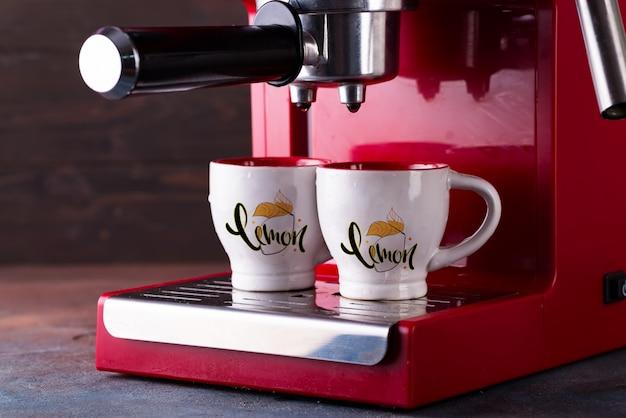 Duas xícaras de café preto manhã na máquina de café vermelho mockup Psd Premium