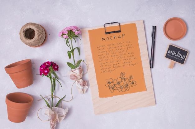 Elementos de jardinagem planos com maquete de prancheta Psd grátis
