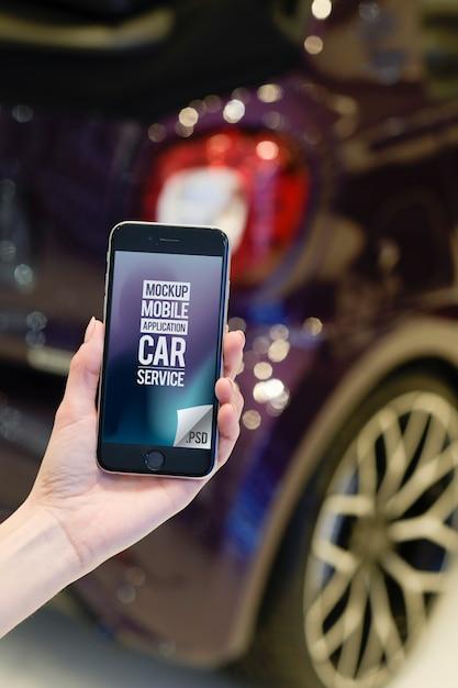 Empregado de serviço de carro mão segurando smartphone moderno Psd Premium