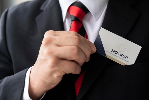 Empresário de close-up colocando modelo de cartão de visita no bolso Psd Premium