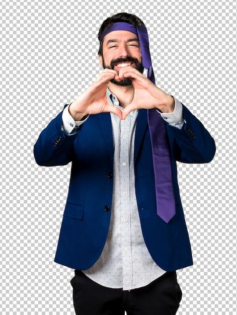 Empresário louco e bêbado, fazendo um coração com as mãos Psd Premium