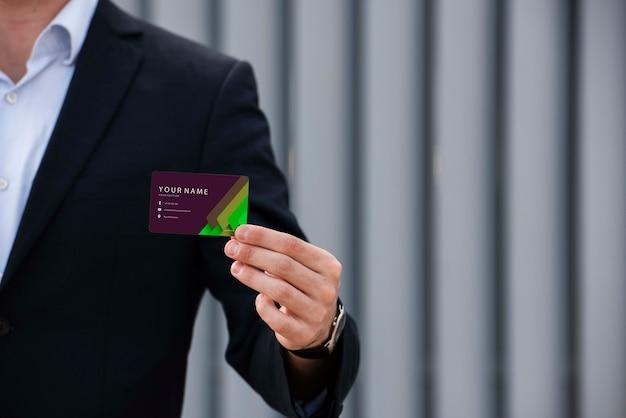 Empresário, segurando o cartão de empresa Psd grátis