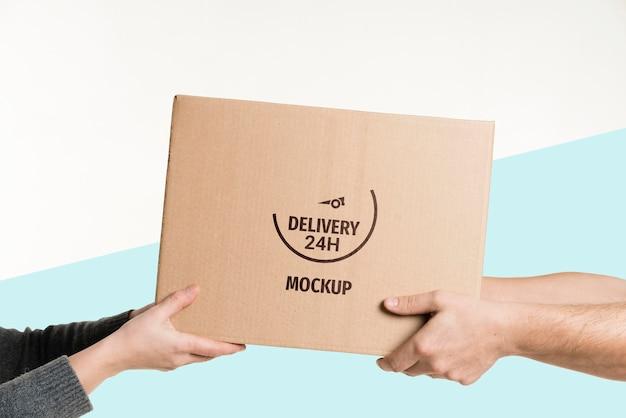 Entregador entregando uma caixa para um cliente Psd grátis