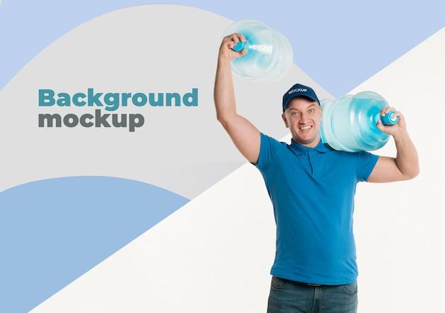 Entregador segurando grandes garrafas de água Psd grátis