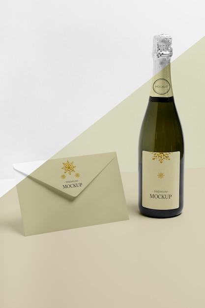 Envelope minimalista e maquete de garrafa de champanhe Psd grátis