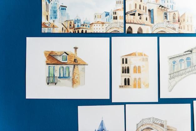 Esboços de mão desenhada em uma parede azul Psd Premium