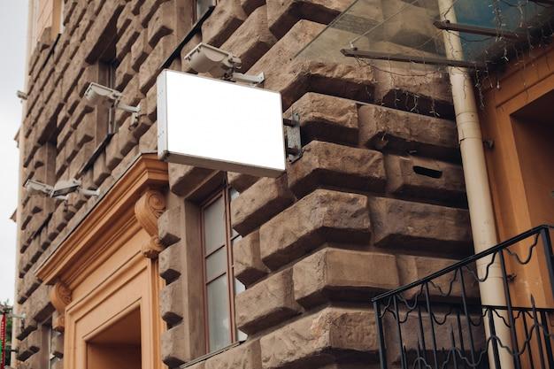 Escudo grande para publicidade externa, instalado ao longo de rodovias, ruas e locais movimentados Psd grátis