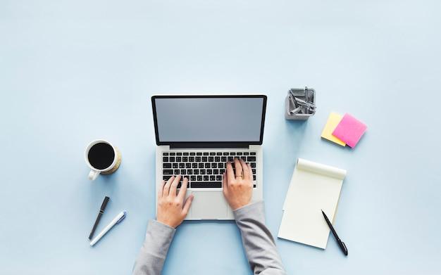 Espaço de trabalho com computador Psd Premium