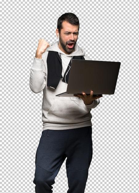 Esporte homem mostrando um laptop Psd Premium