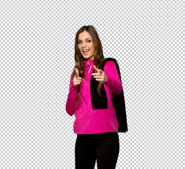 Esporte jovem mulher apontando para a frente e sorrindo Psd Premium