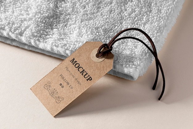 Etiqueta de maquete de roupas com linha na toalha Psd grátis