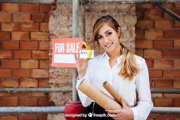 Executiva, mostrando, cartão negócio, frente, local construção Psd grátis