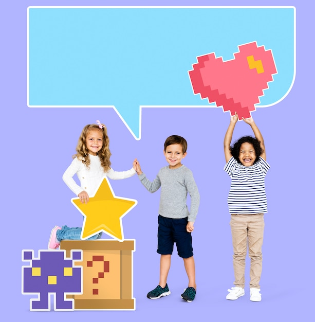 Felizes crianças diversas com ícones de jogos pixilated Psd Premium