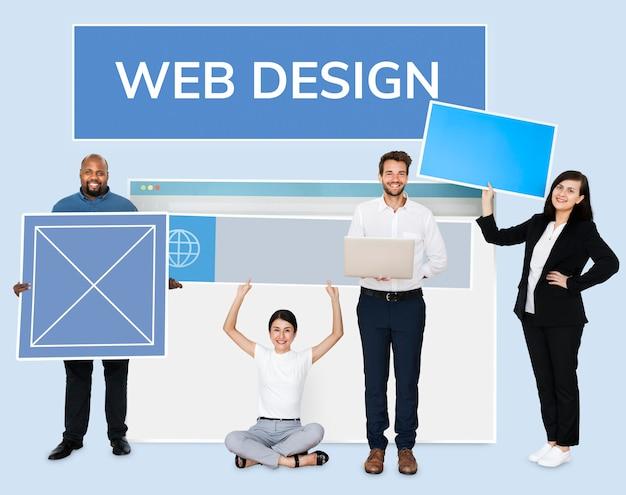 Felizes pessoas diversas, segurando uma placa de web design Psd Premium