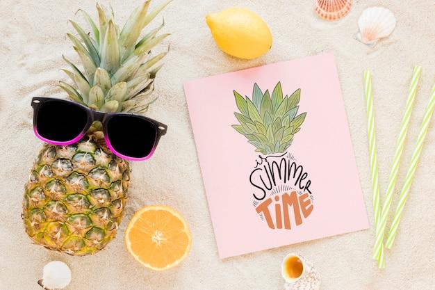 Flat lay cartão ou maquete de papel com elementos de verão Psd grátis