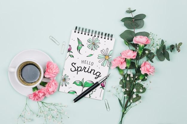 Flat lay notepad mockup com conceito de primavera Psd grátis