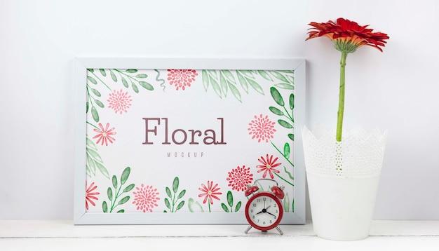 Flor gerbera ao lado de maquete do quadro Psd grátis