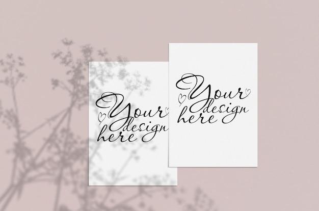 Folha de papel vertical branca em branco sobre bege com sobreposição de sombra. maquete de cartão moderno e elegante Psd Premium