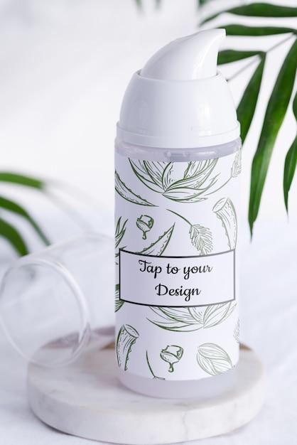 Folhas de espuma de barbear branca ou maquete de garrafa de loção de limpeza em uma mesa de mármore com folhas de palmeira sempre-verdes Psd Premium