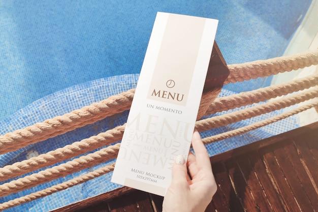 Folheto de menu na maquete de mão Psd Premium