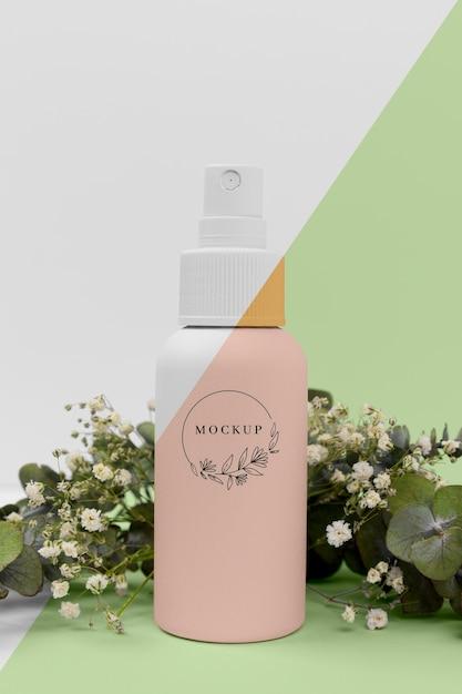 Frasco de spray de produtos de beleza com planta Psd grátis