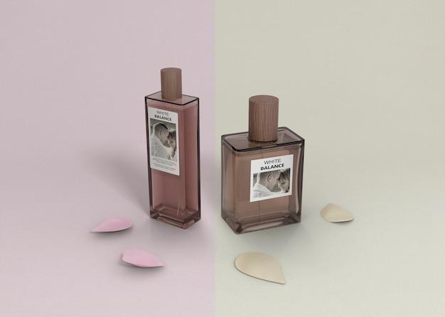 Frascos de perfume na mesa com pétalas ao lado Psd grátis