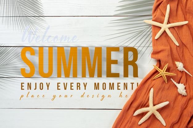 Fundo de verão com objetos de praia na mesa de madeira branca Psd Premium