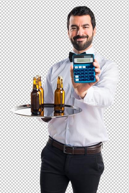 Garçom com garrafas de cerveja na bandeja segurando uma calculadora Psd Premium