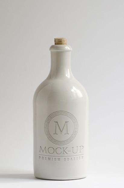 Garrafa de cerâmica branca com maquete de logotipo em alto-relevo Psd Premium