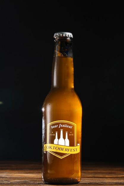 Garrafa de cerveja de vista frontal com fundo preto Psd grátis