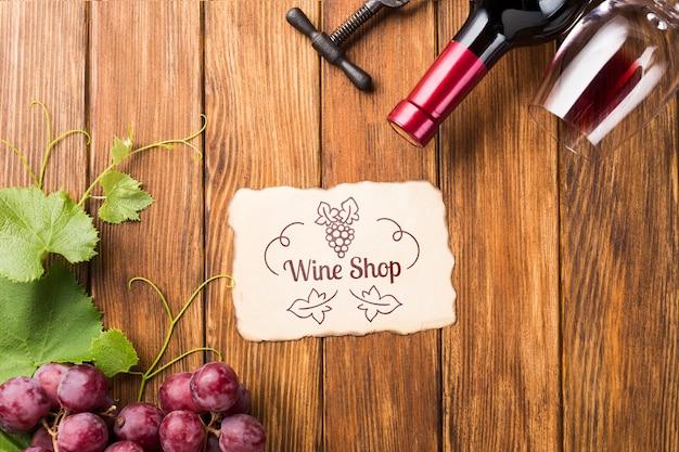 Garrafa de vinho e uvas na mesa Psd grátis