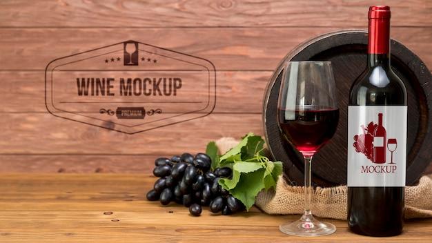 Garrafa de vinho tinto e uvas Psd grátis