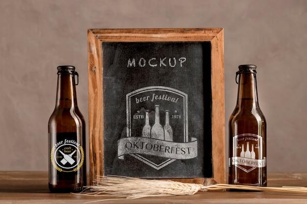 Garrafas de cerveja com quadro de oktoberfest Psd grátis