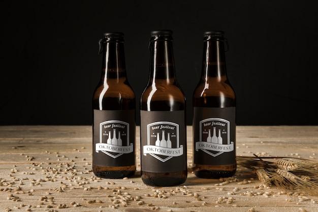 Garrafas de cerveja de close-up na mesa de madeira Psd grátis