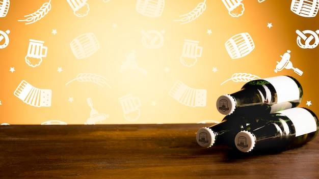 Garrafas de cerveja em um mock-up de mesa de madeira Psd grátis