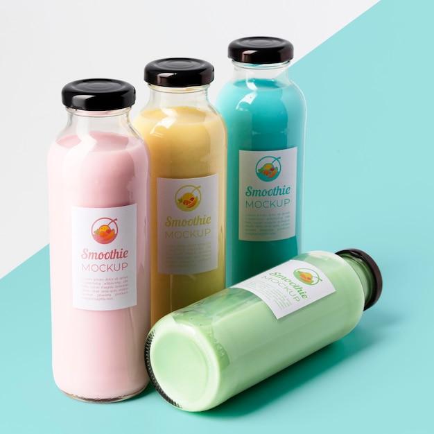 Grande variedade de garrafas de suco transparente com tampas Psd grátis
