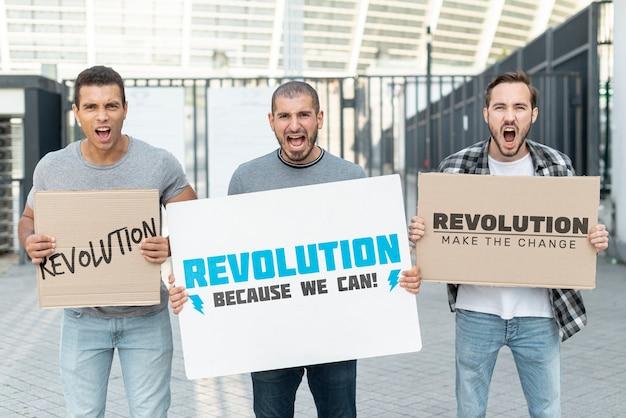 Gritando ativistas com maquete de protesto Psd grátis