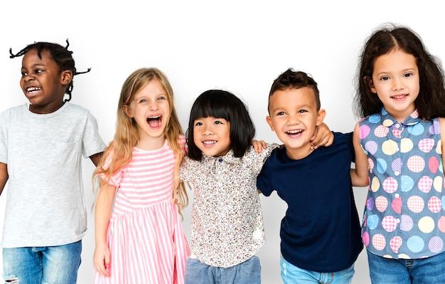 Grupo de crianças fofos e adoráveis, sorrindo e sendo feliz Psd Premium