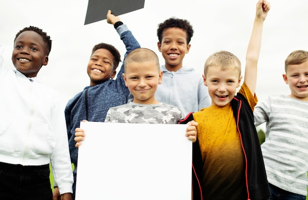 Grupo de jovens rapazes mostrando papéis em branco Psd Premium